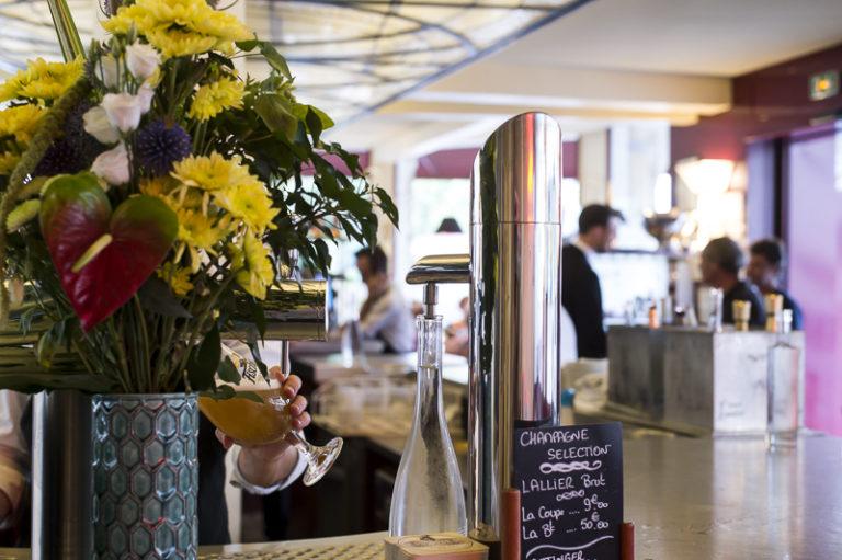 Brasserie du Boulingrin intérieur restaurant comptoir bar fleurs